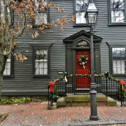 Newport's Holiday Doorways